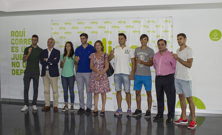 Los deportistas «con talento» posan con sus llaves de acceso al centro deportivo Viding junto a Mª del Mar Sánchez Estrella, Jaime Ruiz y Jaime Gross