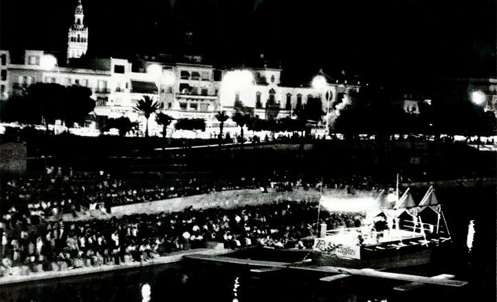 La zona de espectáculo flotante en el río, en la orilla de Sevilla, en 1979