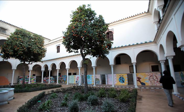 El patio porticado de Santa Clara, con el mural temporal en honor a Alberto Jiménez y Ascensión García / José Galiana