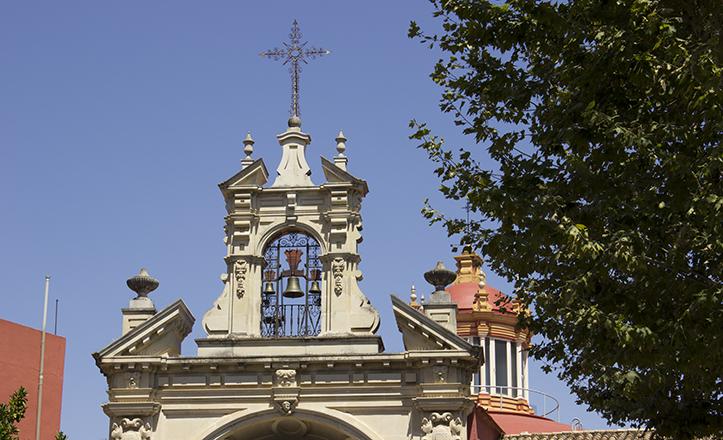 En las esbeltas líneas de la espadaña de la Basílica del Gran Poder se aprecia su apariencia de «espada enclavada en la fachada»