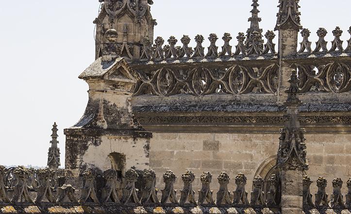 Perspectiva de la espadaña de las cubiertas de la Catedral, desde los balcones intermedios de La Giralda