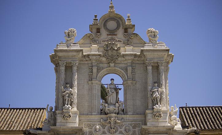 La monumental portada del Palacio de San Telmo remata en su parte superior en una espadaña de los Figueroa
