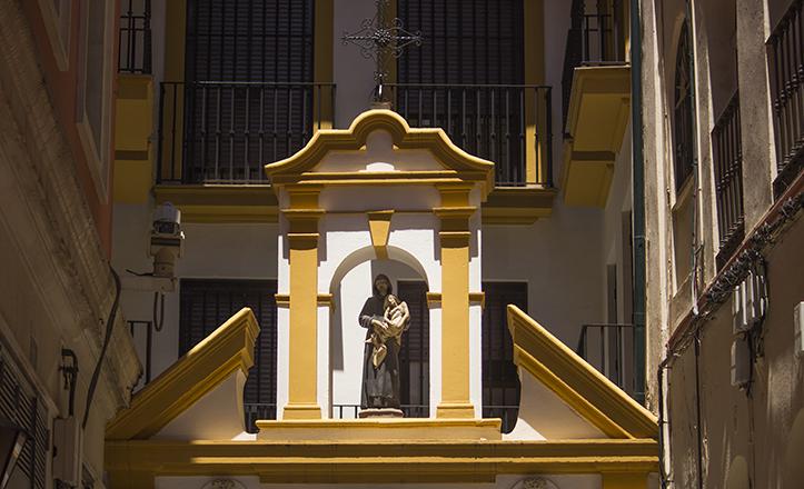 La de Entrecárceles es una de las pocas, que no la única, espadaña «particular» de Sevilla