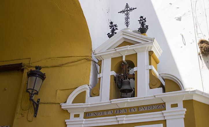 La espadaña de la capilla de la Pura y Limpia del Postigo se inserta bajo el arco en su parte izquierda