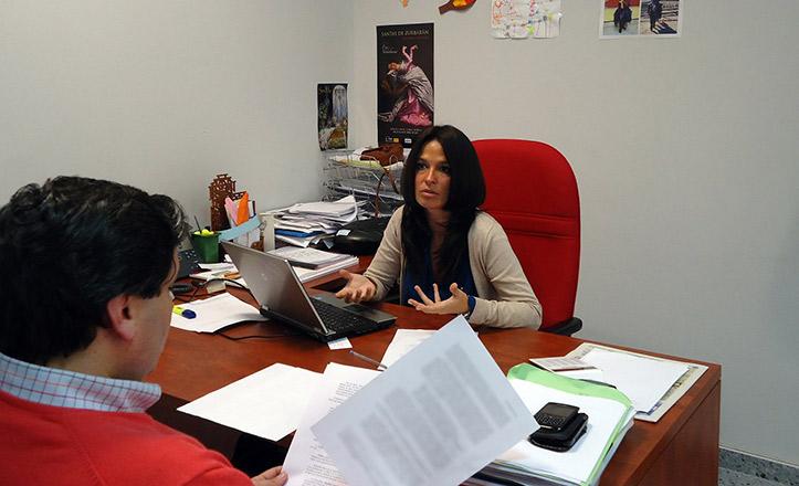 La delegada Evelia Rincón durante una reunión