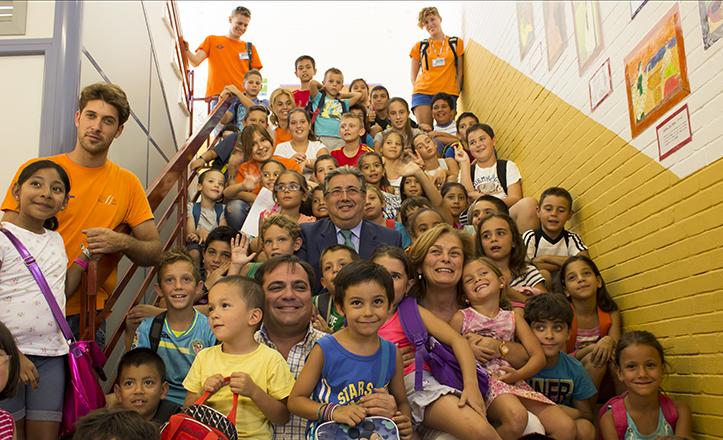 Zoido, De Pablo-Blanco y Ruiz entre una multitud de pequeños de las Escuelas de Verano y monitores de Aossa