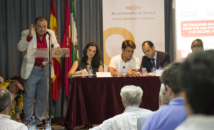 El portavoz del PSOE en Bellavista-La Palmera, Jorge López, durante una «humorística» intervención no carente de críticas al Distrito