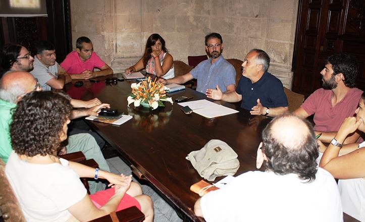 Reunión en contra de la zona azul, con José Manuel García como participante.