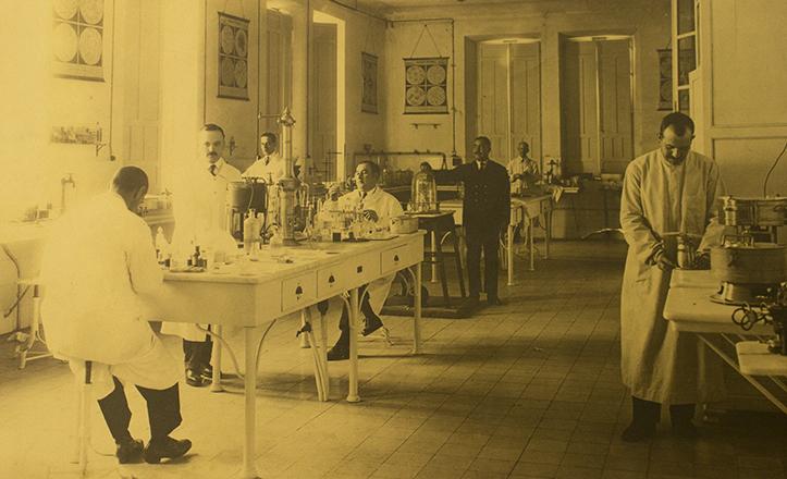 La antigua sala de microbiología, hoy renovada en cuanto a instrumental y aparatos