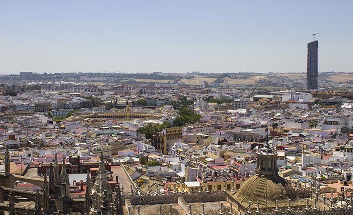 Aunque la vista vuele hacia la Torre Pelli, en la instantánea también destacan la Plaza de la Maestranza y la calle Betis