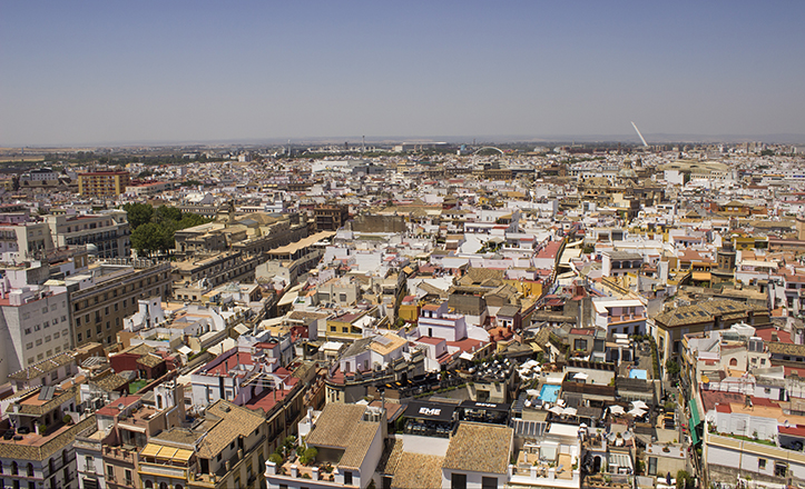 En la Sevilla que se extiende al norte se puede ver desde el Ayuntamiento  hasta el recinto de la Expo 92