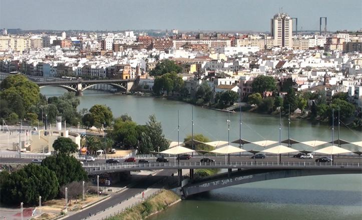 El tramo del Guadalquivir con más solera, con el puente de Triana en el centro, desde la antigua Torre Schindler