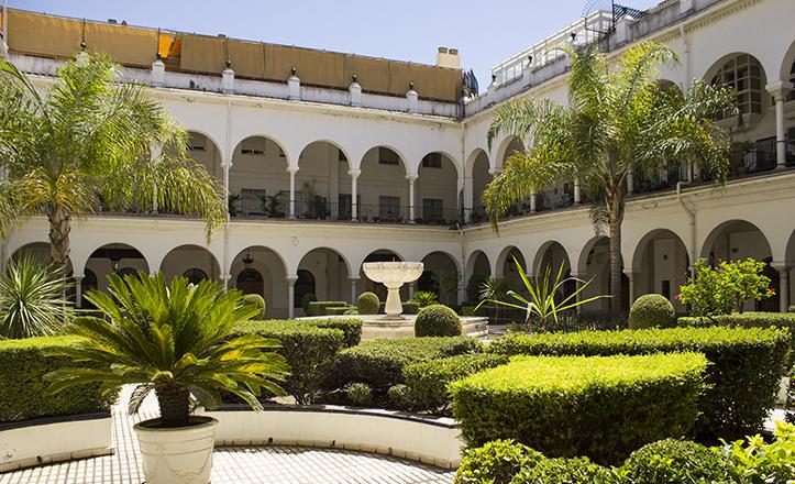 Vista general del primero de los patios del ex convento de los Terceros, hoy oficinas de Emasesa