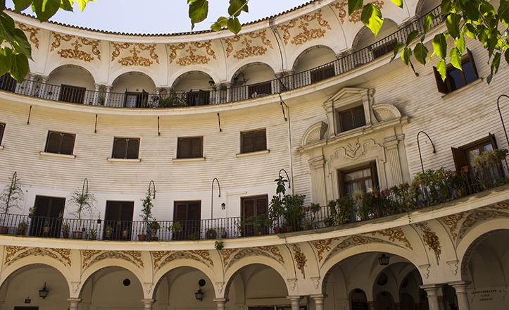 La Plaza del Cabildo conecta la calle Almirantazgo con la Avenida de la Constitución y la calle Arfe, y es sede de la filatelia sevillana