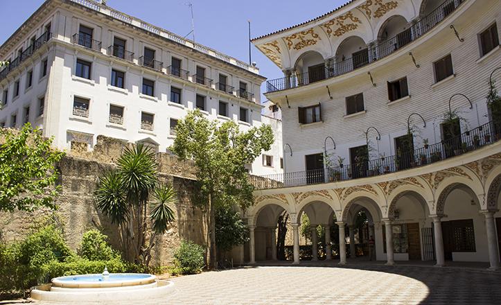 La Plaza del Cabildo ocupa el espacio del antiguo Colegio de San Miguel, residencia canónica y lugar de enseñanza