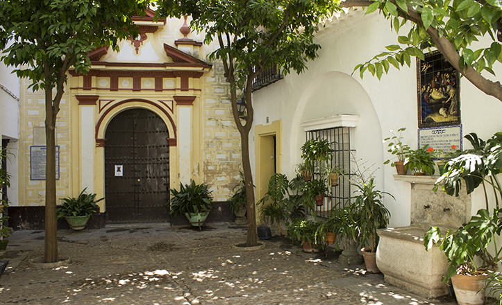 La Plaza de la Escuela de Cristo se encuentra en el recóndito corazón del Barrio de Santa Cruz