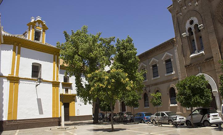Esta plaza del Barrio de la Judería queda delimitada por dos conventos, el de las Mercedarias Descalzas, que le da nombre, y el de las Salesas