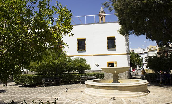 Las palomas son habituales «parroquianas» de la fuente de la Plaza de Santa Isabel, enmarcada por La iglesia de San Marcos, la capilla de Los Servitas y el barrio de San Julián