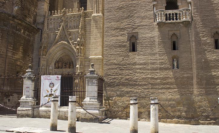 Vista de la puerta de Palos y el arranque de la Giralda, con la Virgen de los Olmos en su hornacina