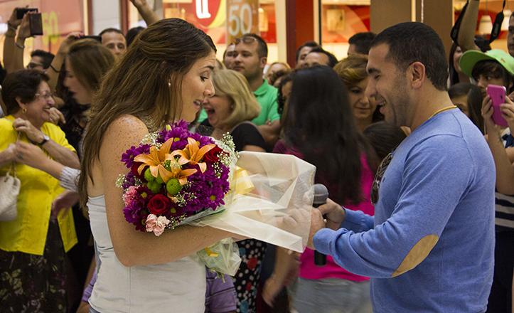 Gioanna no oculta su sorpresa al ver el anillo con el que Antonio le pide matrimonio en mitad de un CC Los Arcos lleno de público / F. Piñero