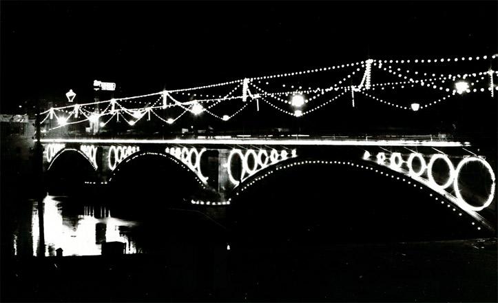 El puente de Triana iluminado en la Velá de 1968