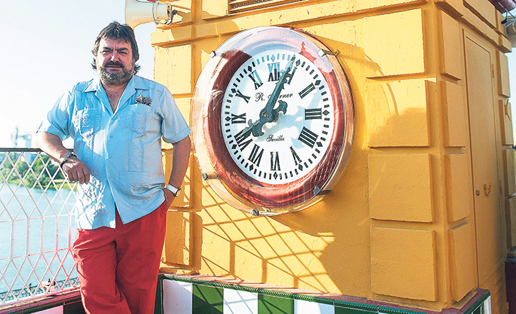 El guitarrista Ricardo Miño, junto al reloj del puente de Triana