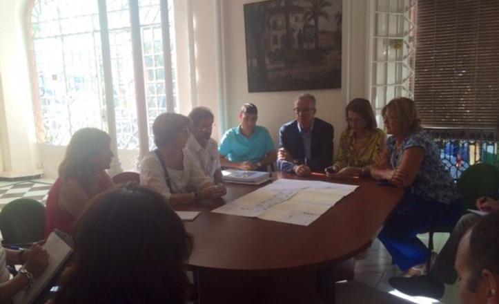 Reunión de Amidea Navarro, técnicos, comerciantes y vecinos por las obras de Almirante Lobo
