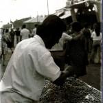 Vendiendo avellanas verdes en la calle Betis