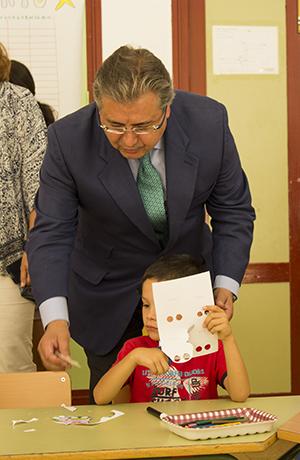 El alcalde Zoido ayuda a uno de los pequeños con las manualidades