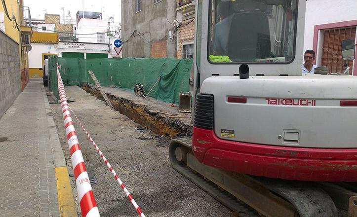 Obras de Emasesa en Calle Cristóbal Ramos, donde se va a renovar el saneamiento