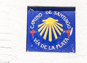 Azulejo que marca el camino de Santiago