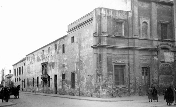 La cárcel del Pópulo en 1930, cuando aún se podía observar la antigua puerta del convento en la calle Almansa