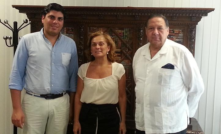 Lola de Pablo-Blanco junto al Hermano Mayor de Los Gitanos, Pepe Moreno, y el Teniente Hno Mayor, Carlos de Paz, tras firmar el convenio para una escuela de verano en el Vacie