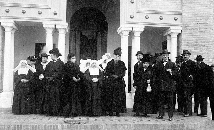 Inauguración oficial de la Casa Cuna, en noviembre de 1916, con las damas de la Junta Protectora, las Hermanas de la Caridad y autoridades de la época