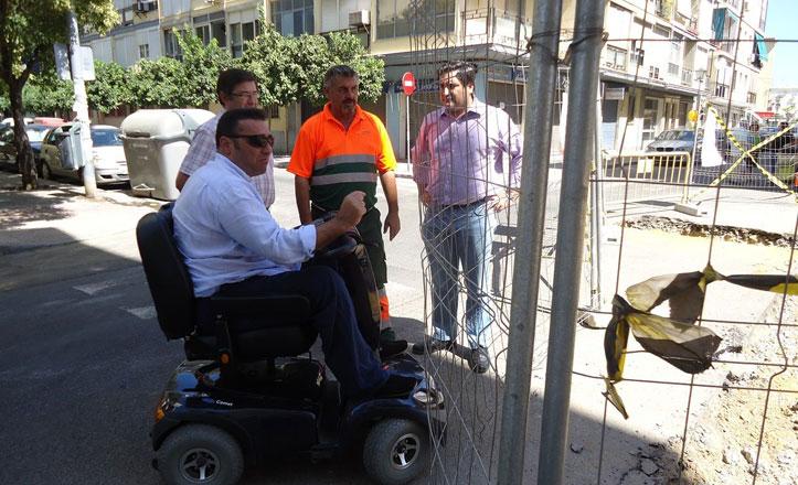 El responsable de la oficina de accesibilidad visita las obras de José Maluquer