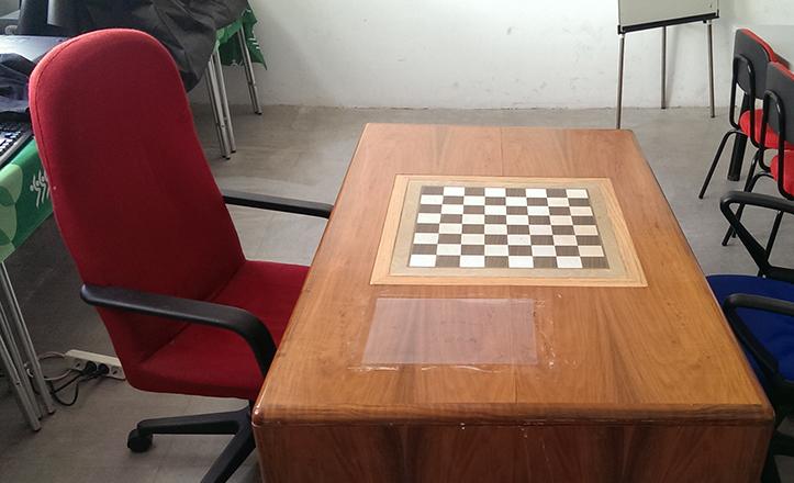 La mesa-tablero donde jugaron Kaspárov y Kárpov, y la silla roja donde se sentó éste