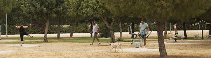 Varios usuarios del Parque Tamarguillo se ejercitan de las diversas maneras que brinda el recinto / Fran Piñero