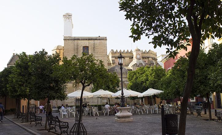 El colorido y las formas, rasgos característicos de la plaza de San Andrés, remanso de paz a pocos metros del circuito comercial / Fran Piñero