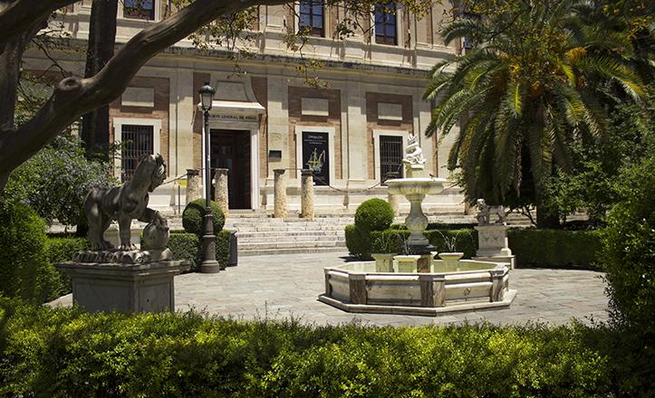 Los asimétricos jardines del frontal del Archivo de Indias culminan en una «plaza» y fuente central / Fran Piñero
