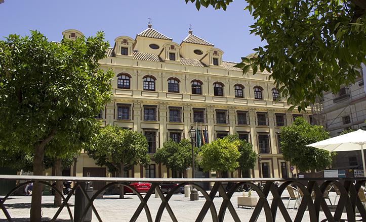 Majestuosa fachada del edificio de la Junta de Andalucía que ocupa el lugar de la antigua Casa de la Contratación / Fran Piñero