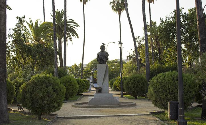 Un busto de Antonio Mairena remata la escultura que articula la plaza central de los jardines de Montesinos / Fran Piñero