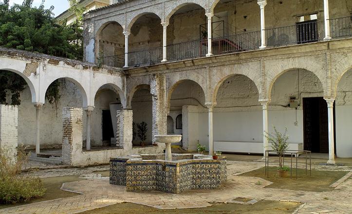 Bello pero decadente claustro del antiguo convento de Santa María de los Reyes, dedicado principalmente a la cuestión expositiva