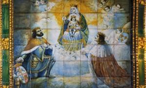 La Virgen de los Reyes flanqueada por los dos monarcas