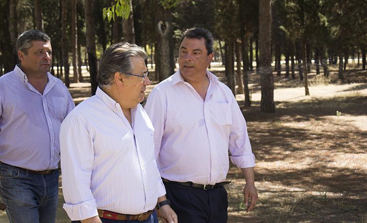El alcalde Zoido junto al delegado del Distrito Este-Alcosa-Torreblanca y Ramón Bulnes durante la visita al Parque Infanta Elena / Fran Piñero