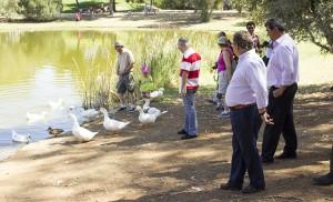 El alcalde junto a familias que alimentaban a los patos del Parque Infanta Elena / Fran Piñero