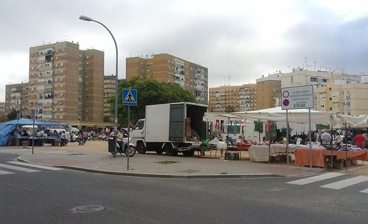 La calle Polvero acoge el Mercadillo Ambulante en el Cerro-Amate