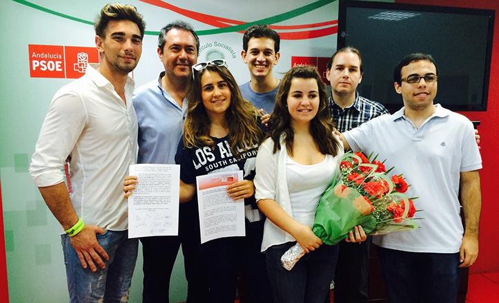 Juan Espadas junto a miembros de Juventudes Socialistas de Sevilla-Centro y sus avales