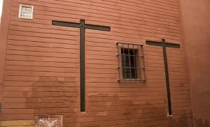 Cruces de la fachada lateral de la vivienda / F. Piñero