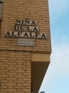 Rótulo de la calle «Niña de la Alfalfa»