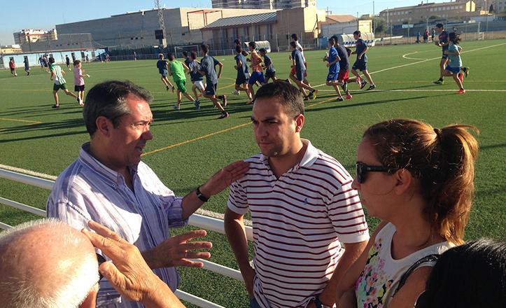 Juan Espadas durante su visita al Centro Deportivo San Pablo